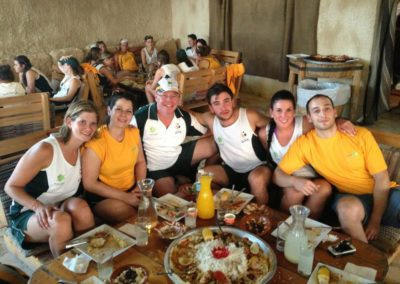 Bernie-sharing-a-meal-with-aussie-physios-at-maccabi-games